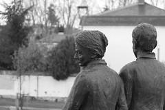 Miradas de tristeza (socrates669) Tags: tristeza arte monumento asturias triste estatuas monumentos estatua figuras gijon barrio mirando parar figura contemplando laguia contemplar parados pararse diciembre2010 barriodelaguia barriodelaguiagijon rotondadelaguia