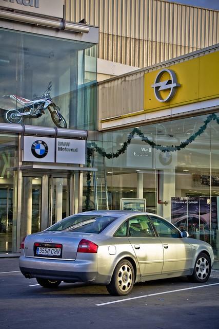 Audi ante el doble concesionario BMW y Opel de Leioa...