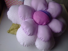 Almofada para quarto de bebé (Irene Sarranheira) Tags: fuxico decoraçãoinfantil passoapasso quartodebebé almofadasemformadeflor