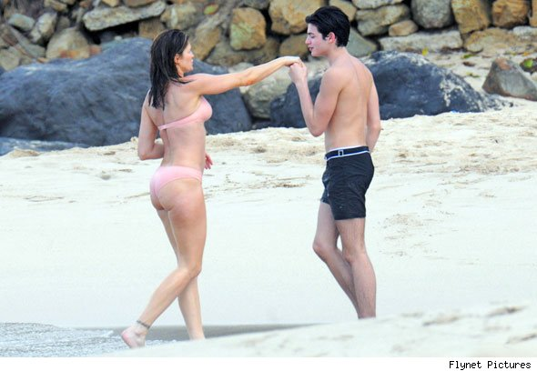 stephanie-seymour-in-bikini-kissing-son-590b-bes010711