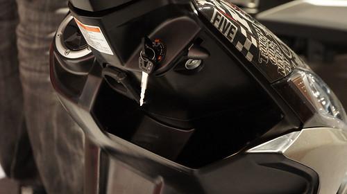 獨創G-LOCK三重防盜,輕拉拉柄,即可關閉鑰匙孔並鎖定後輪。