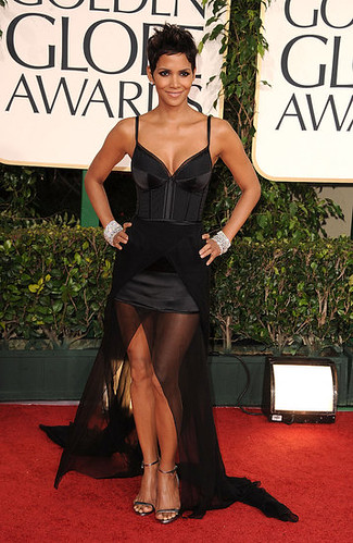 Hurts my soul to nominate Halle Berry as #worstdressed. This Nina Ricci number is not the business. #GoldenGlobes