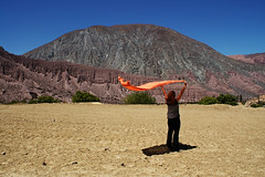 I wanna fly... (Roger_T) Tags: sky woman mountains nature argentina girl person alone colours wind himmel towel canyon berge human caro frau oneperson salta lonly humahuaca purmamarca jujuy farben 2010 schlucht mensch singleperson quebradadehumahuaca tuch argentinien cerrodelossietecolores einzelperson sonyalpha200