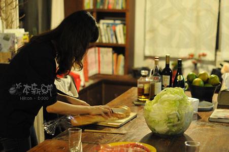 將長棍切片,可以沾取奶油辣蝦的醬汁