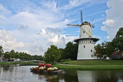 Moulin @ Middelburg. (Laureos) Tags: holland mill windmill moulin zeeland paysbas middelburg barque graniums zlande