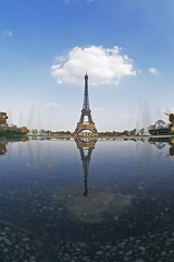 Les galets / Pebbles (marc do) Tags: city urban paris france reflection tower monument metal architecture reflections md frankreich europa europe do torre tour toren eiffeltower frana landmark eiffel fisheye reflet toureiffel torreeiffel reflejo frankrijk turm eiffelturm riflessi francia reflexo spiegelung reflexos reflets parijs reflejos  parigi frankrike riflesso spiegelungen     francja    marcdo afspiegeling marcde afspiegelingen gettyimagesfranceq1