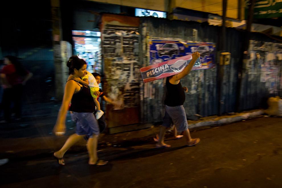 En la Avenida Petirossi, los compradores se ingeniaban de distinas maneras para poder llevar los regalos a sus domicilios.  (Tetsu Espósito - Asunción, Paraguay)