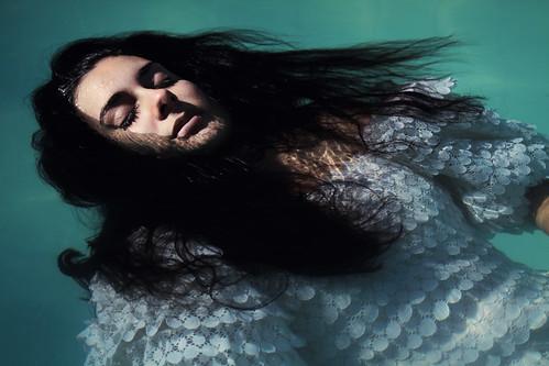 フリー写真素材, 人物, 女性, 寝転ぶ, 目を閉じる, ドレス,