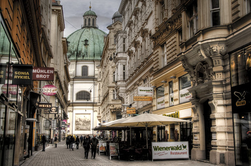 A street and Peter church. Vienna. Una calle y la iglesia de Pedro. Viena