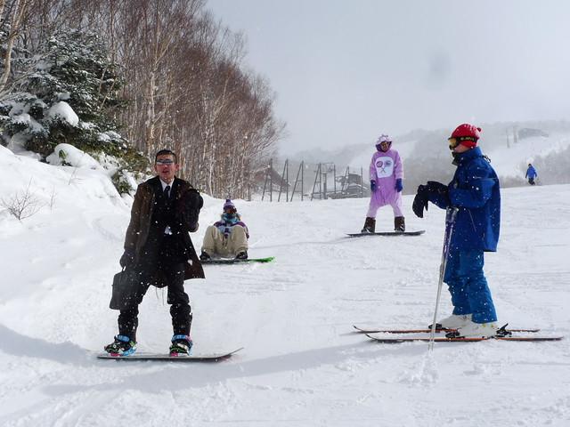 穿著新奇服裝的滑雪客