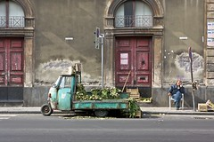 Divieto di sosta e fermata (Antonio La Malfa) Tags: strada moto ape sonno dormire parcheggio sosta divieto carciofi fermata