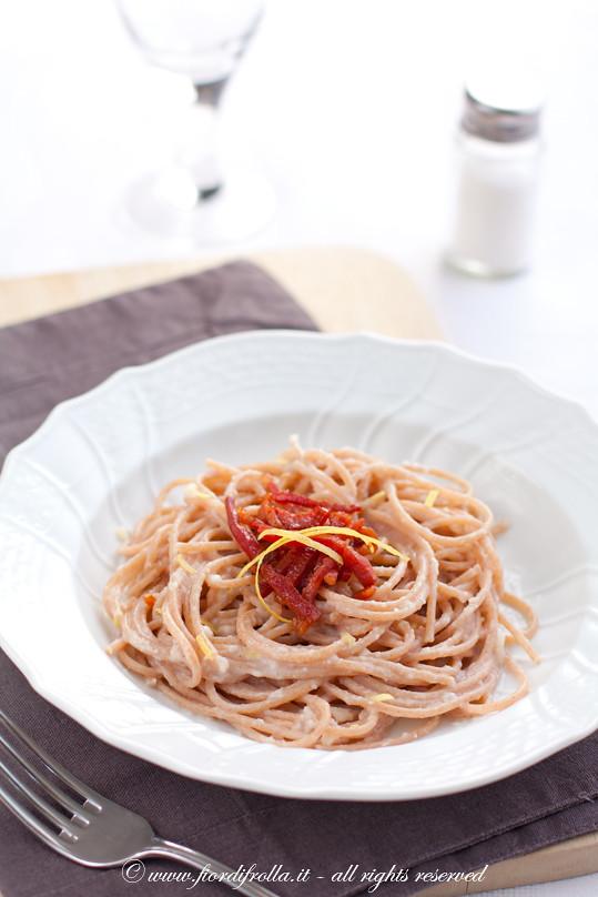 Spaghetti di farro alla crema di topinambur, prosciutto croccante e limone