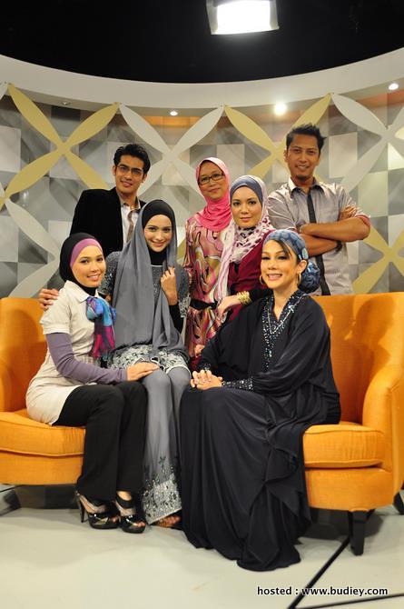 Pengacara NLKO dan Wan Sabariah (tudung pink)