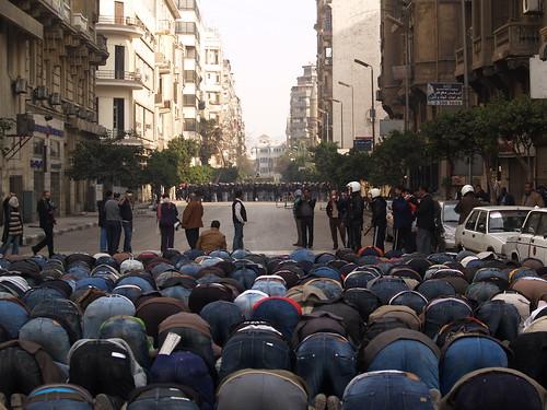 [フリー画像] 社会・環境, 政治, 祈る, エジプト, デモ活動, 201102042300