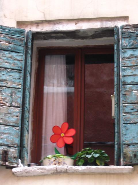 窓辺のおもちゃの花のフリー写真素材