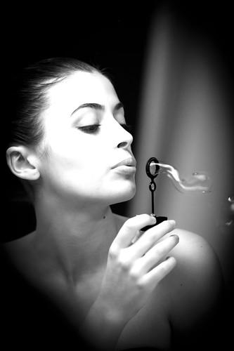 [フリー画像] 人物, 女性, モノクロ写真, しゃぼん玉・シャボン玉, イタリア人, 201102100500