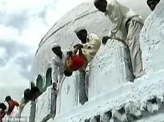 Ritual de lançamento de bebês em Solapur, Índia