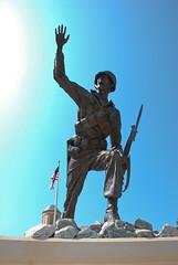 フォローミー!と叫ぶ軍人の銅像
