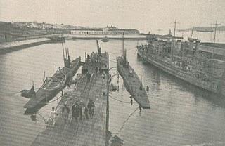 """""""NRP Foca"""" e """"NRP Golfinho"""" na Ponte Cais da Esquadrilha de Submersiveis em Belém (Tejo/Lisboa - 15/02/1922)"""