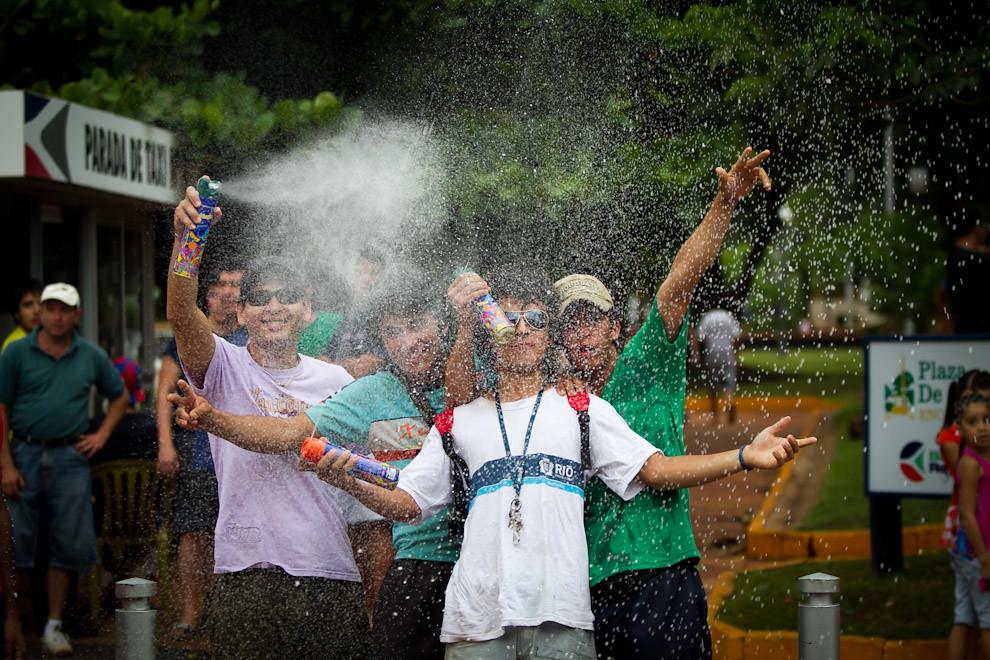 Los domingos de carnaval son un clásico en las calles encarnacenas donde jóvenes asisten a las plazas de la ciudad para lanzarse globitos cargados con agua y espuma entre los grupos presentes así como a la gente que pasa por el lugar. (Tetsu Espósito - Encarnación, Paraguay)