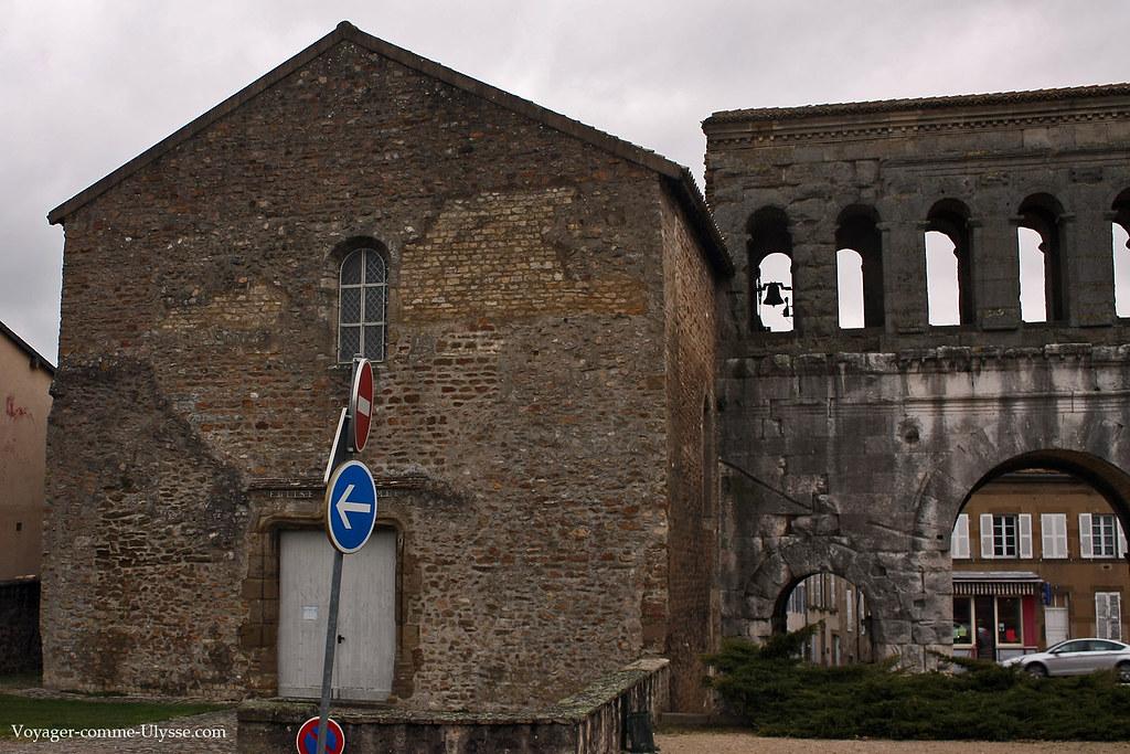 La cloche de l'église est intégrée dans la Porte de Saint-André