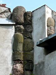 Kuss-Szene (web.werkraum) Tags: detail museum germany deutschland europa steine figure figur pfaueninsel association denkmal ausschnitt zufall begegnung archtektur berlinwannsee bildfindung berlinerknstlerin tagesnotiz karinsakrowski schlsserundgrten architekturdenkmal verliebtesteine