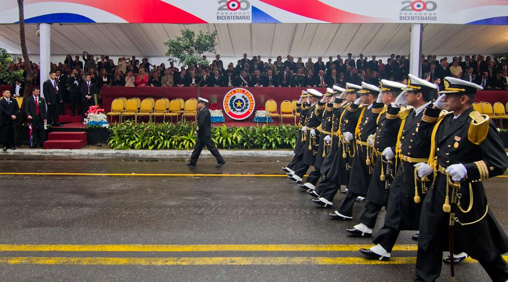 Los Oficiales de la Armada Nacional con sus mejores galas pasan frente al palco principal para saludar a los Presidentes. (Tetsu Espósito - Asunción, Paraguay)