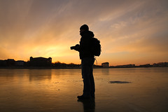 Photographer under a very cold sunset (AgusValenz) Tags: winter sunset portrait sky sun sol me silhouette backlight self myself atardecer frozen retrato yo autoretrato cielo invierno silueta kazakhstan atyrau congelado kazajistan