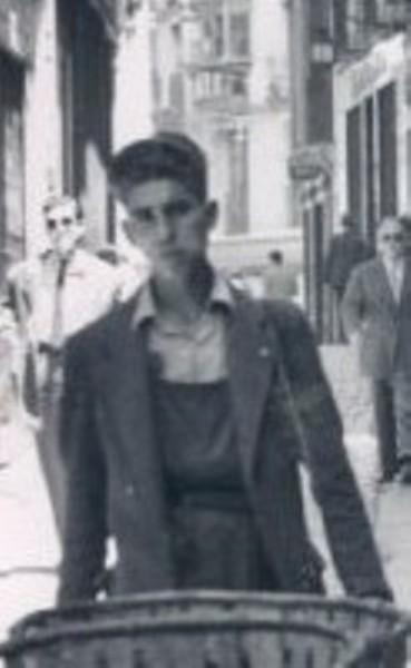 Federico Martín Bahamontes empujando un carro de fruta en septiembre de 1949