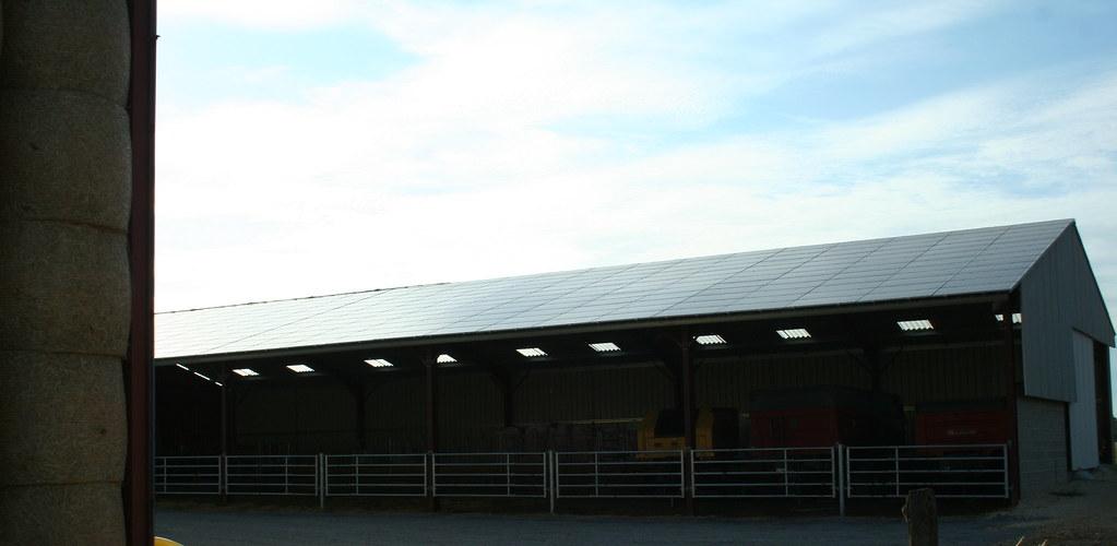 Hangar avec toit couvert de panneaux solaires