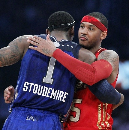 67080-anthony-hugs-his-potential-knicks-teammate-stoudemire