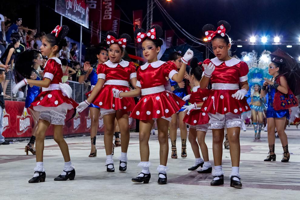 Las Niñas de la comparsa infantil del Club Atlético San Juan presentaban la Alegoría De Película, vestidas de Minnie Mouse (Tetsu Espósito - Encarnación, Paraguay)