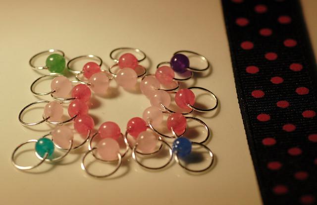 Nr. 21-11 - Pakke - Bokmerke sort+rosa + markører med perler av Jade - 10 + 10 + 4. Tynn sølvfarget wire, rund, 4,5 mm.  IMG_4559