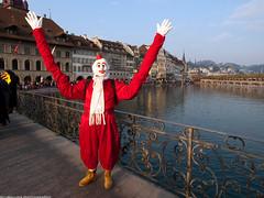 clown with long arms (scubaluna) Tags: carnival schweiz switzerland luzern lucerne fasnacht masken 2011 lozrn schmutzigerdonnerstag olympuse510 grende gdisdienstag scubalunaphotography gdismontag strassenfasnacht