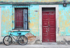 the door and the bycicle (alan benchoam) Tags: door wood old red color texture textura bike wall puerta guatemala bicicleta adobe cicle ruedas bycicle travelphoto benchoam alanbenchoam