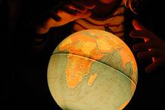 1 jour, 1 photo 23/01/11 (BlondieISFC) Tags: selfportrait self globe hands autoportrait god map earth magic terre 365 mains dieu magie selfie project365 mapmonde