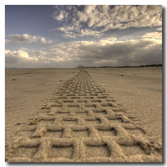 Track (Vicent de los Angeles) Tags: sea seascape beach valencia clouds canon print landscape eos mar spain sand angle wide wideangle tire playa arena nubes nublado hdr highdynamicrange 1022 gandia gand