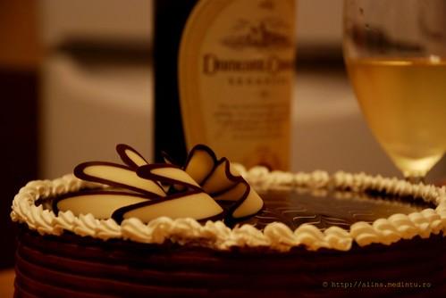 un tort delicios si un pahar de vin regal