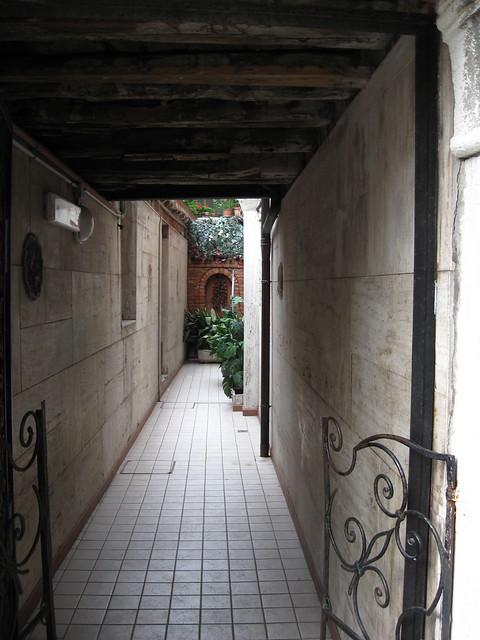 ヴェネツィアの通路のフリー写真素材