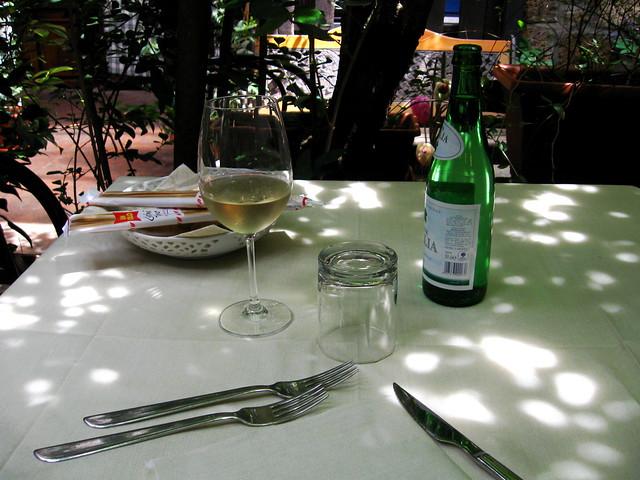 テーブルとワインのフリー写真素材