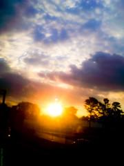 Dream Sunset (Vitor Chiarello) Tags: cameraphone road sunset pordosol sun sol skies cellphone céu estrada motorola celular zn5