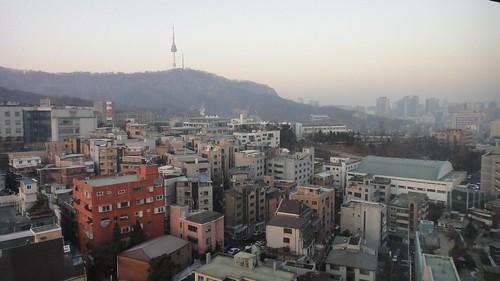 De l'Hotel, Seoul Tower et des jarres à Kimchi sur chaque balcon