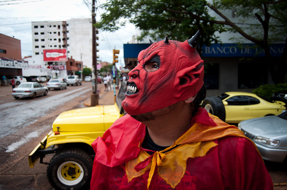 Un muchacho se disfrazo de Diablo en la tarde del domingo 20 mientras jugaban al Carnaval (guerra con agua) con sus amigos en la calles principales del centro de Encarnacion. (Elton Núñez - Encarnación, Paraguay)