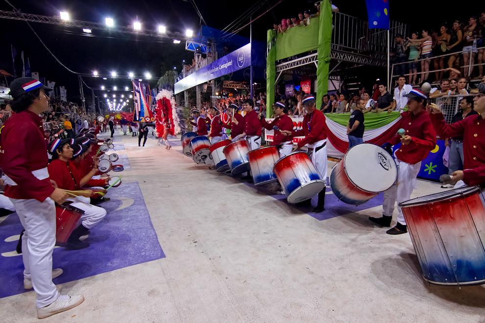 El Club Universal presenta su Alegoria al Bicentenario del Paraguay frente a los jueces. (Tetsu Espósito - Encarnación, Paraguay)