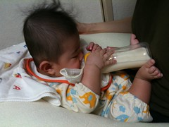【速報】ついに足も使って一人で哺乳瓶からミルク飲む!