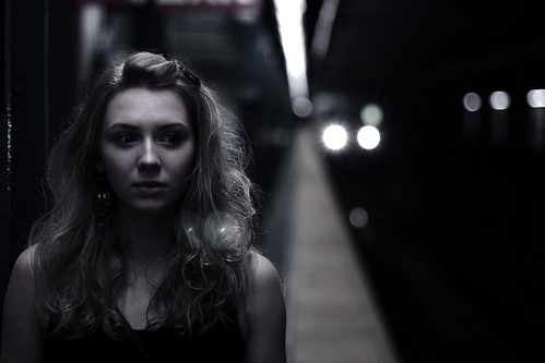 フリー写真素材, 人物, 女性, モノクロ写真, 鉄道駅・プラットフォーム,