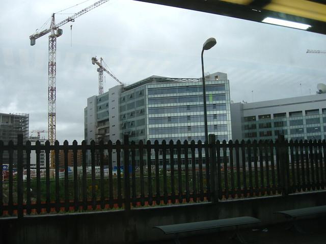 車窓から見えるビルのフリー写真素材