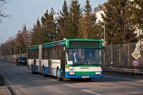 Der O405GN1 von Geldhauser wird in wenigen Augenblicken in die Taufkirchener Hugo-Junkers-Straße einbiegen.
