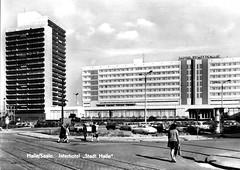 Halle/Saale, Hotel Stadt Halle, Thaelmannplatz, 1975 (stilo95hp) Tags: hotel s architektur ddr stadthalle halle maritim 1960er 196465 riebeckplatz 06110 interhotel 20jh architekturfhrer wvprojekt manfredbhme hanshnig joachimvonjagow
