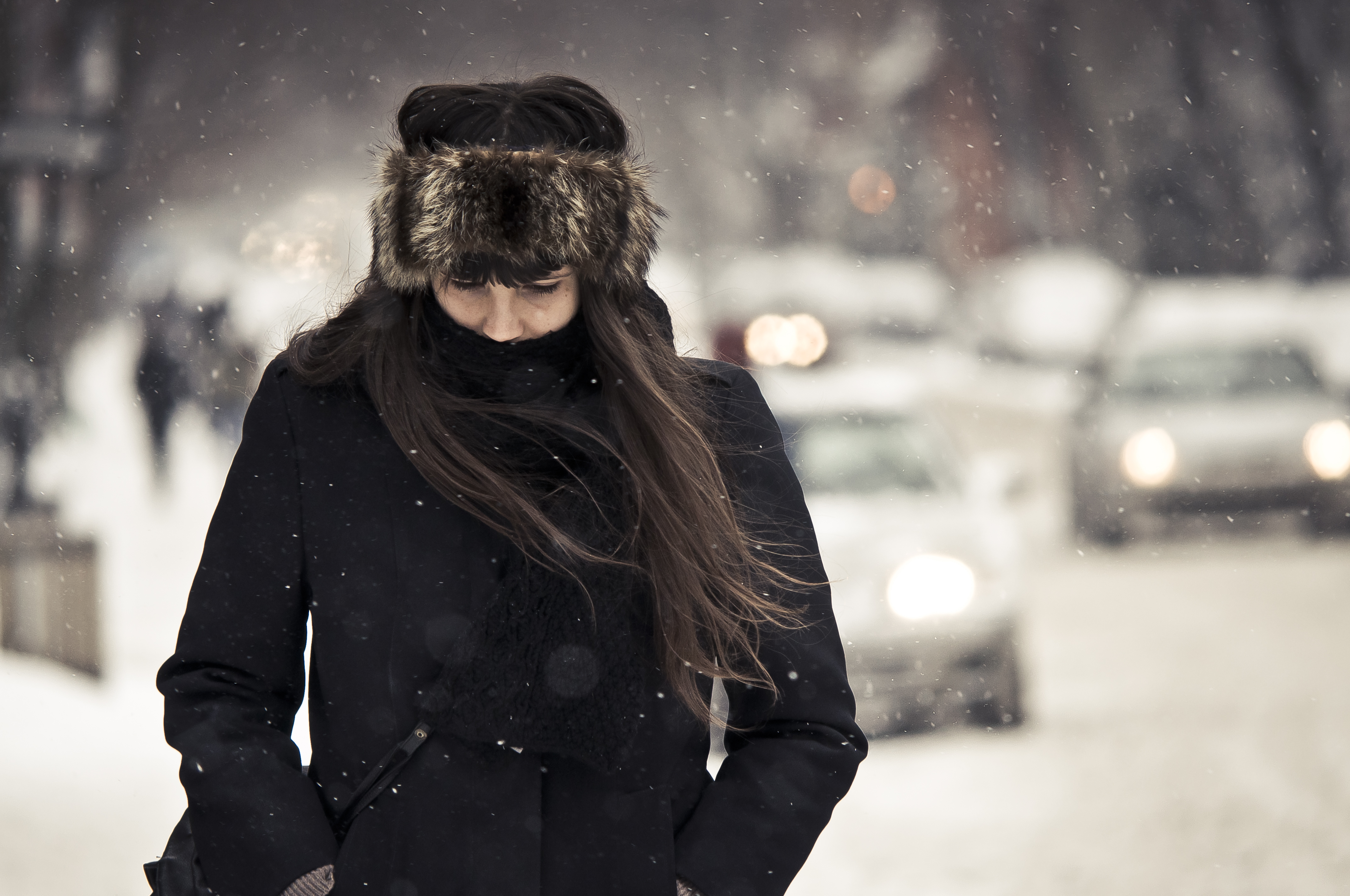 devushki-foto-zimoy-so-spini-shatenka-erotik-foto-iz-filmov